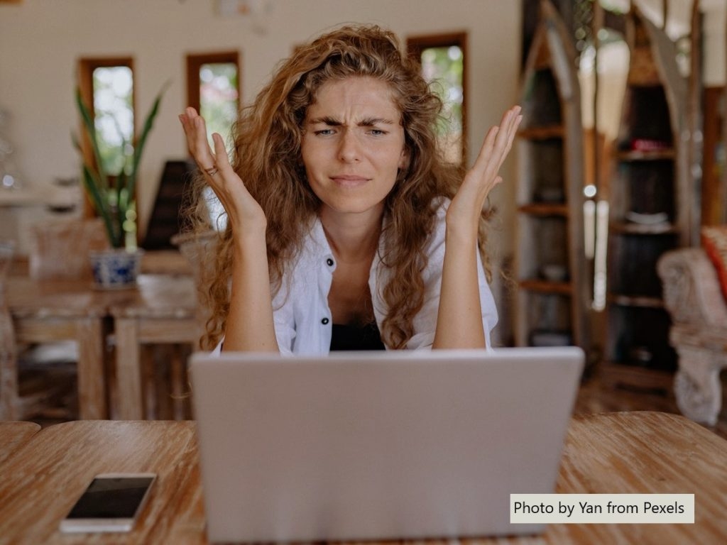 Mujer actitud incomprensión ante un ordenador